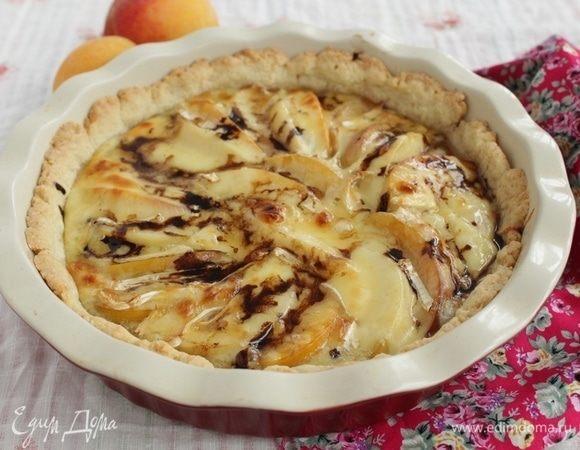 Тарт с персиками и сыром бри