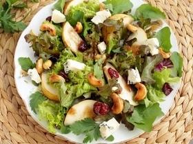 Салат с грушей, сыром и кешью в карамели