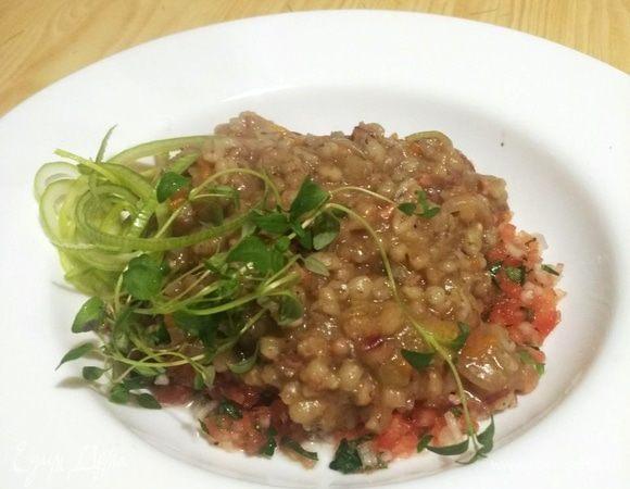 Перловая каша с тушеной говядиной и конкассе из томатов