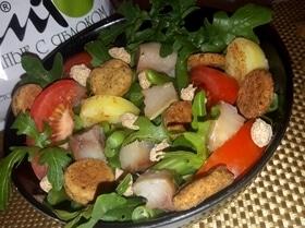 Салат с картофелем, скумбрией и крекерами из отрубей