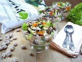 Витаминный фитнес-салат с киноа, отрубями и фруктами