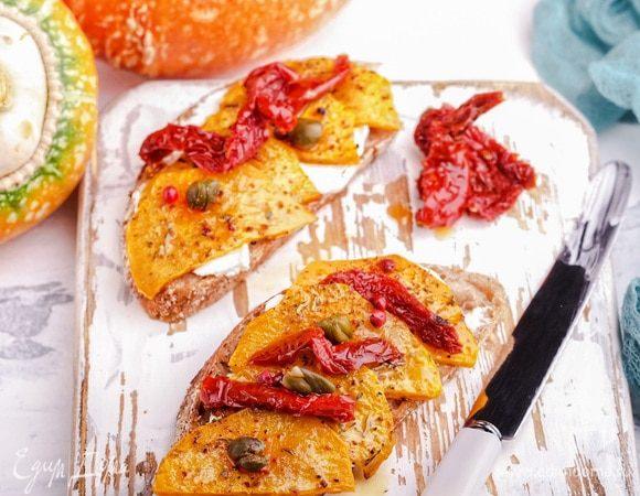 Брускетты с запеченной тыквой и вялеными томатами