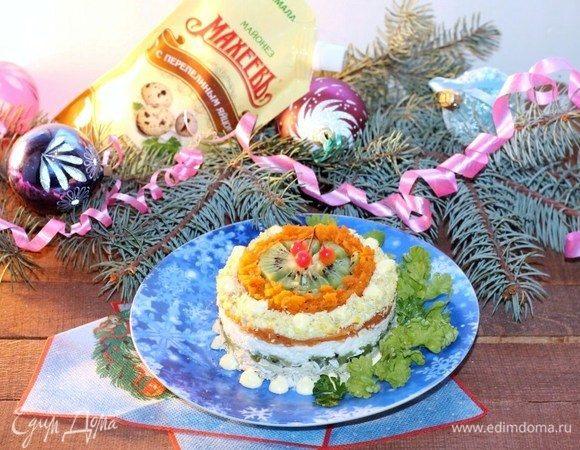 Слоеный салат с киви, овощами и курицей