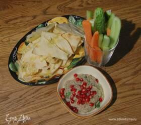 Закуска из запеченных баклажанов с овощами и чипсами из питы