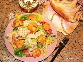 Салат с креветками, помидором и сладким перцем