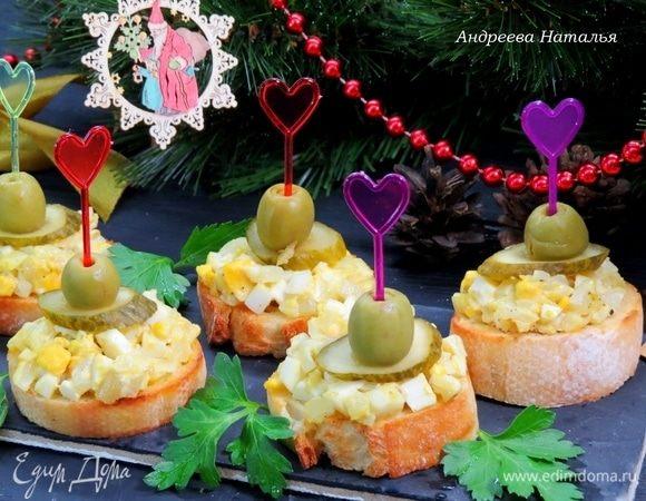 Закусочные бутерброды с луком и яйцами