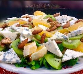 Салат с фруктами, голубым сыром и орехами