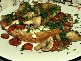 Омлет с грибами и охотничьими колбасками