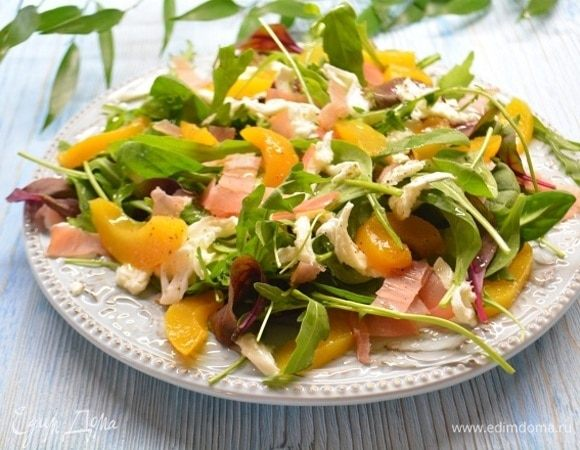 Салат с прошутто, моцареллой и персиками