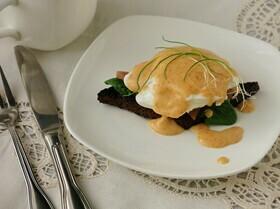 Яйцо пашот с лососем и сырным соусом
