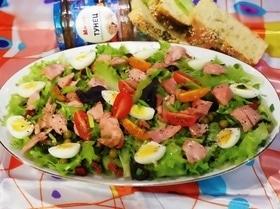 Диетический салат с консервированным тунцом и вялеными томатами