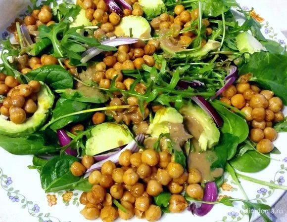 Салат с запеченным нутом, авокадо и руколой