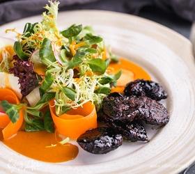 Салат с печенью кролика шеф-повара ресторана Carne/Vino