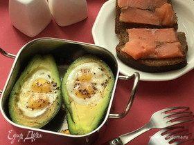 Запеченное авокадо с яйцом и сыром