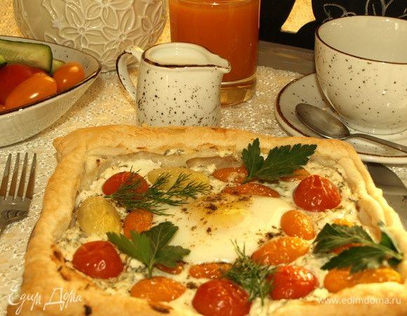Слоеный пирог с брынзой, помидорами и яйцом
