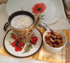 Творожный пудинг с клюквой и миндальное молоко