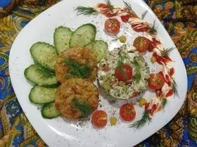 Куриные маффины с салатом (здоровый ужин)