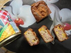 Закусочный кекс с кукурузой, колбасой и пармезаном