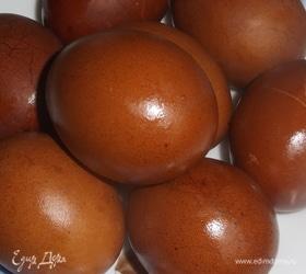 Яйца, окрашенные заваркой