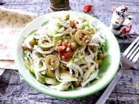 Салат из молодой капусты с оливками