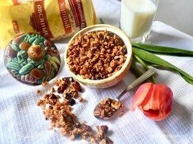 Малиновая гранола с орехами