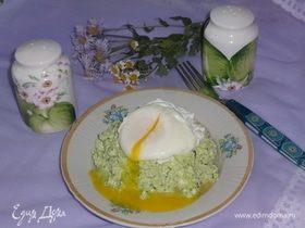 Яйцо пашот на зеленом творожном «облаке»