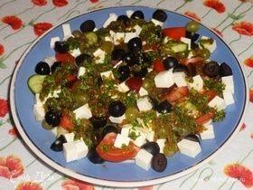 Овощной салат с фруктами, фетой и острой заправкой
