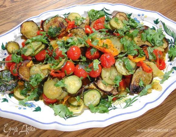 Салат из цукини, баклажанов и перца, припущенных в белом вине