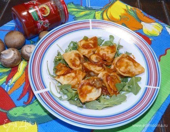 Тортеллини с фаршем и томатным соусом