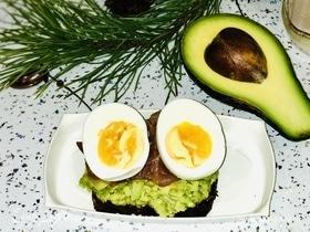 Мультизлаковый тост с авокадо и форелью