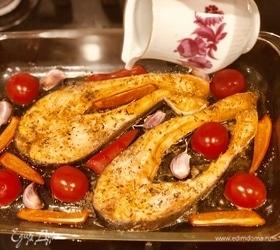 Запеченная форель с овощами и медово-чесночным соусом