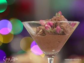 Шоколадно-кофейное мороженое с орехами и печеньем