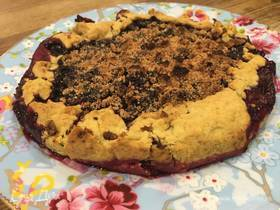 Быстрый пирог с черной смородиной