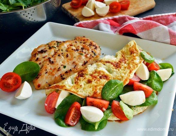 Куриный стейк с омлетом, помидорами черри и моцареллой