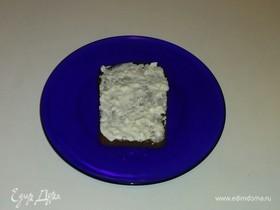 Тосты из черного хлеба со сметаной и чесноком