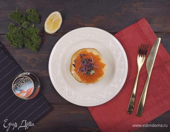 Блинный тортик со сливочным сыром, красной рыбой и икрой