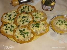 Кукурузные мини-блинчики с паштетом из тунца и яйцами