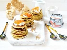 Блинные тортики со сметаной и икрой