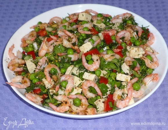 Салат с креветками, тофу и зеленым горошком