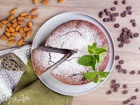Шоколадный пирог с вишней и миндалем