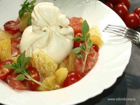 Салат с грейпфрутом, сыром буррата и ананасами
