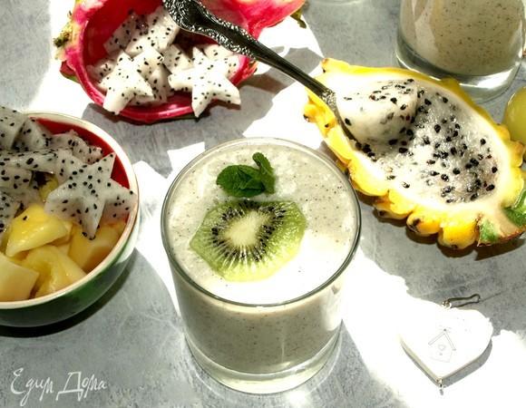 Кокосовый смузи с питайя, манго и киви