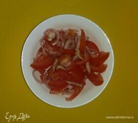 Салат из помидоров и маринованного лука