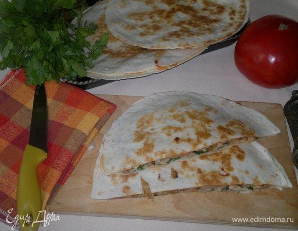 Кесадилья с курицей, зеленью и острым соусом