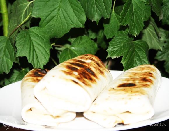 Тортильи с колбасками и капустным салатом