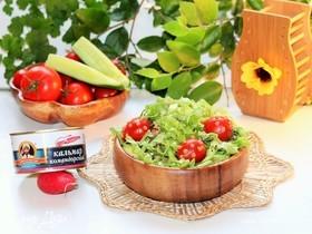 Салат с редисом, авокадо и кальмарами