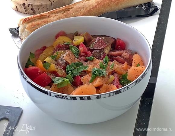 Салат с помидорами, дыней и базиликом