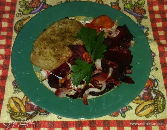 Мясо, запеченное со свеклой, морковью и луком