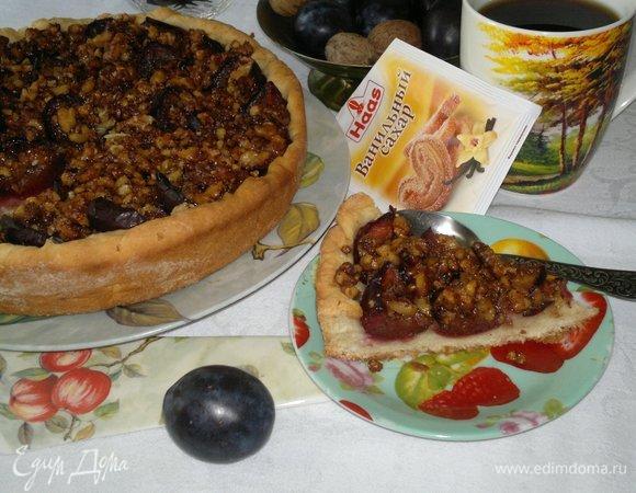 Пирог со сливами и орехами