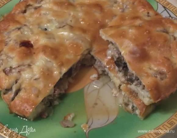 Заливной пирог с мясом, луком и грибами